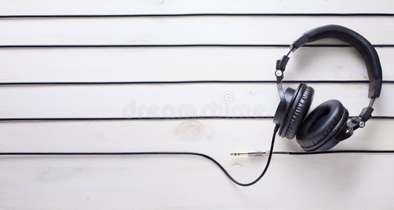 Sztuki muzyczny pracowniany tło z dj hełmofonami obrazy stock