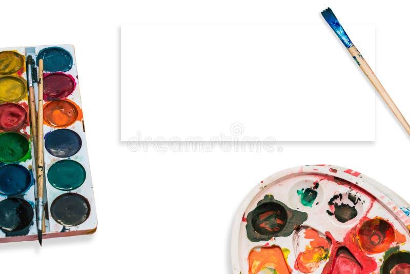 Sztuki paleta z punktami na białym tle i farby Farby muśnięcie w farbie Pojęcie sztuka piękna, twórczość obraz royalty free