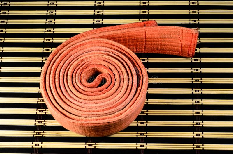 Sztuki samoobrony pomarańcze pasek na bambus macie zdjęcie stock
