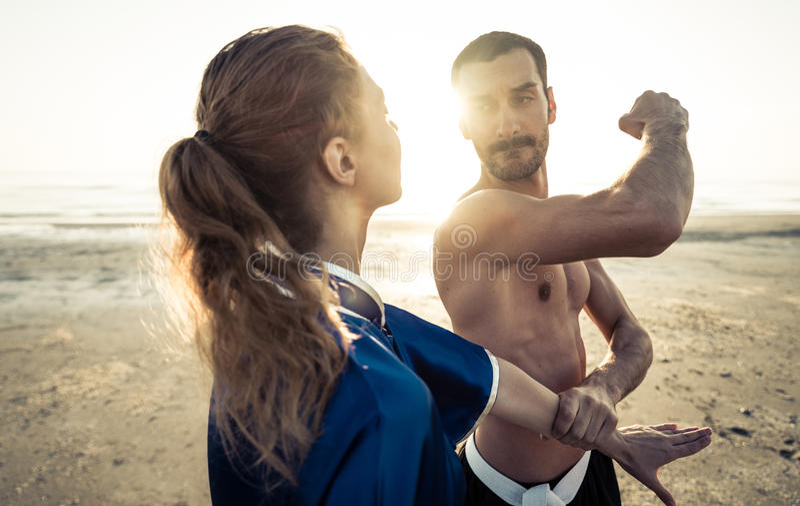 Sztuki samoobrony szkolenie na plaży obrazy royalty free