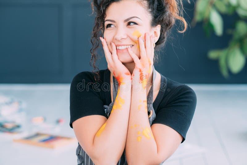 Sztuki terapii damy szczęśliwa twarz wręcza kolorową farbę fotografia royalty free
