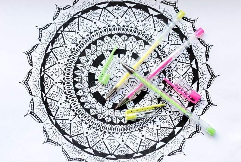 Sztuki terapii, zdrowie psychiczne, twórczości i mindfulness pojęcie, Dorosła kolorystyki strona z pastele barwiącymi gel piórami obrazy stock