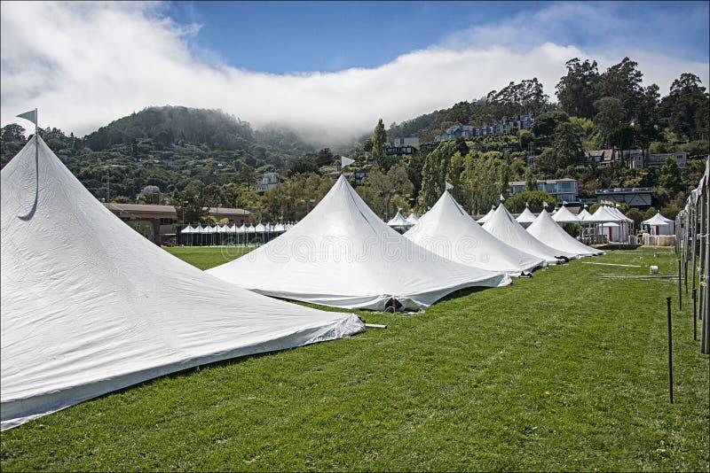 Sztuki uczciwi ustawiania namioty obraz stock