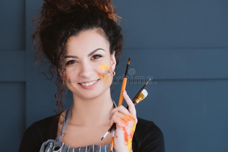 Sztuki współczesnej szkoły kreatywnie damy ustaleni paintbrushes zdjęcia stock