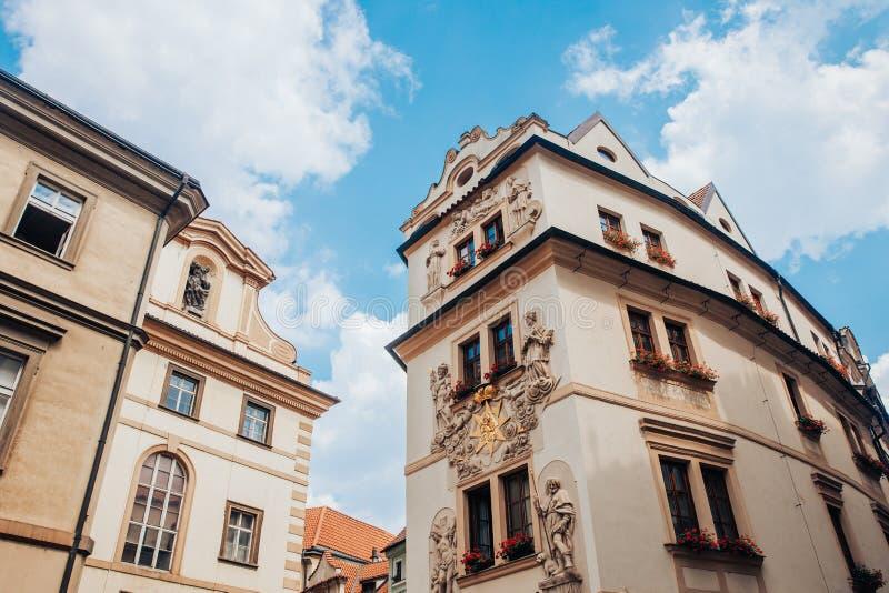 Sztuki xviii wiek architektury domy z unikalnym stiukiem, bareliefy na fasadzie budynek zdjęcia royalty free