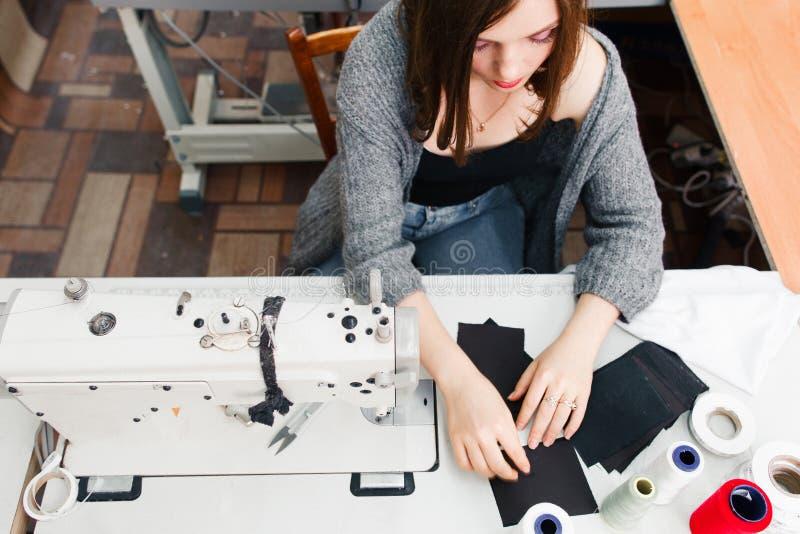 Szwaczka pracuje przy szwalnej maszyny odgórnym widokiem zdjęcia royalty free