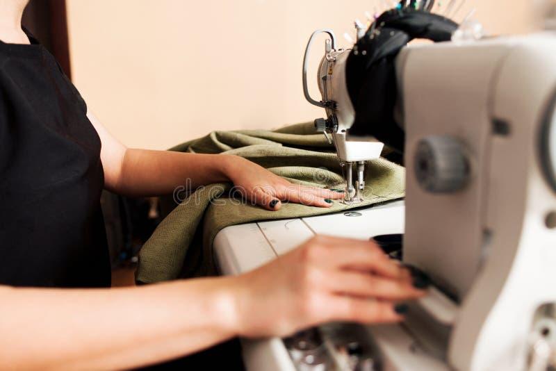 Szwaczka szy odzieżowego zdjęcie royalty free