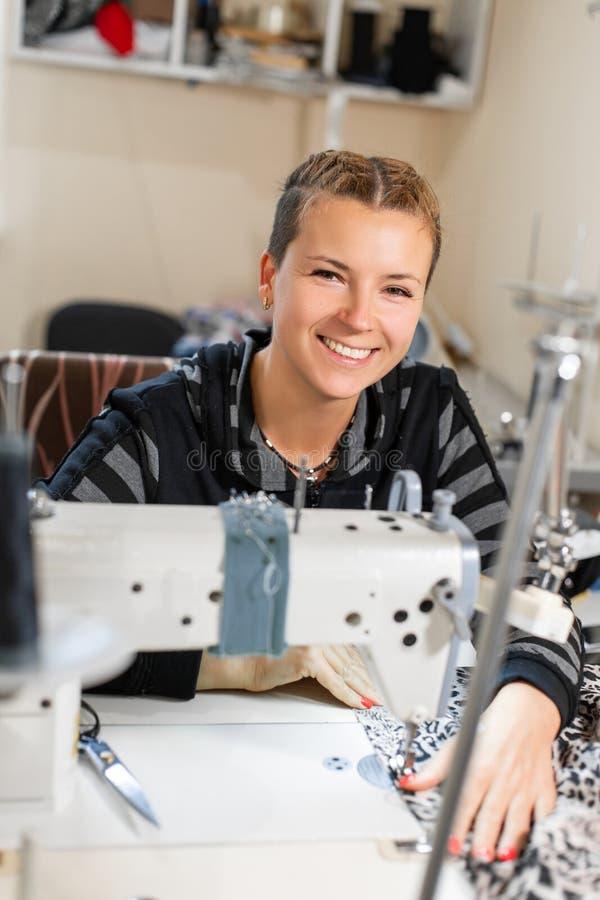 Szwaczka szy przy maszyn?, portret Kobiety zaszywania krawiecki materia? przy miejscem pracy Narządzanie tkanina dla odziewa obrazy royalty free