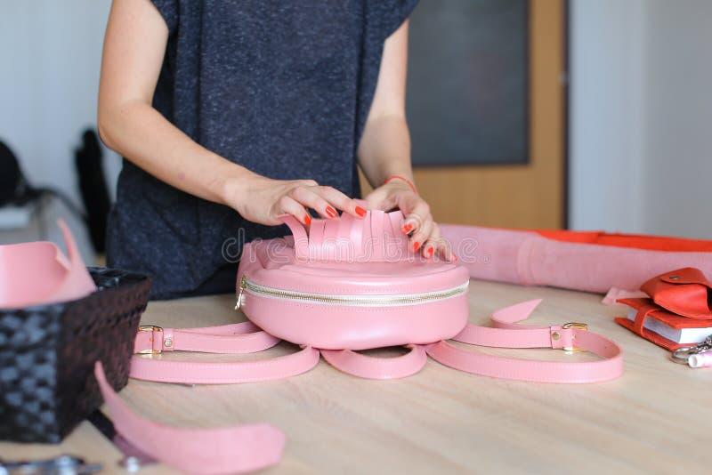 Szwaczka wygrywająca różowa kiesa i plecak obraz stock