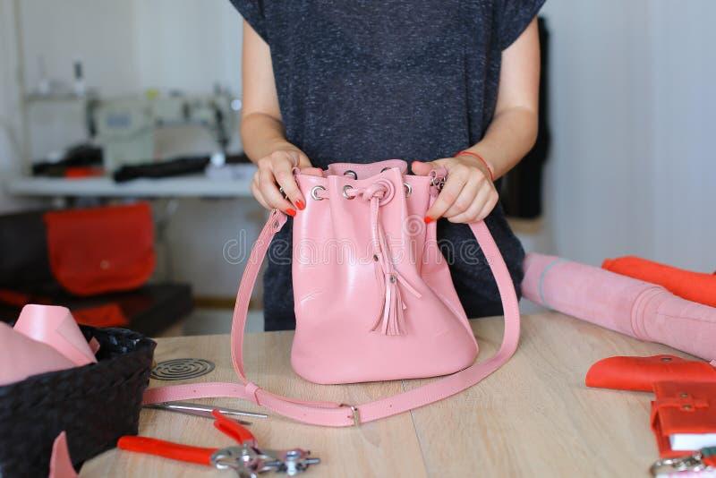 Szwaczka wygrywająca różowa kiesa i plecak zdjęcia stock