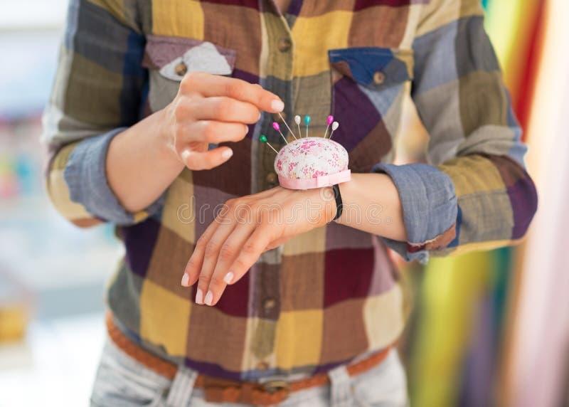 Szwaczki kładzenia igła w pincushion zdjęcie stock