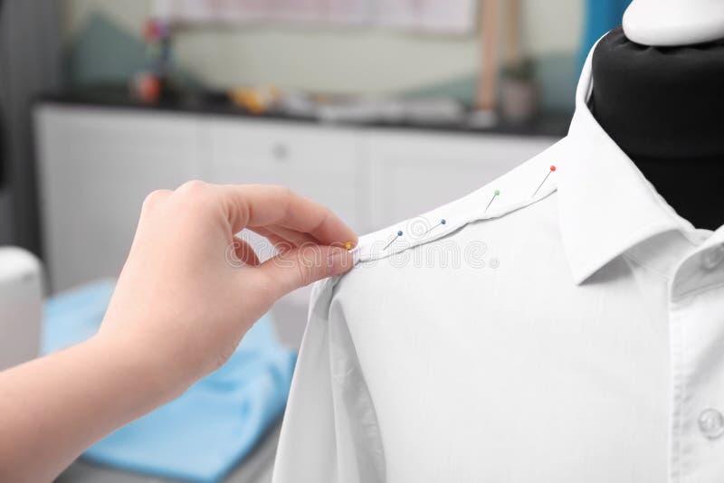 Szwaczki kładzenia szpilki w gotową koszula zdjęcie royalty free