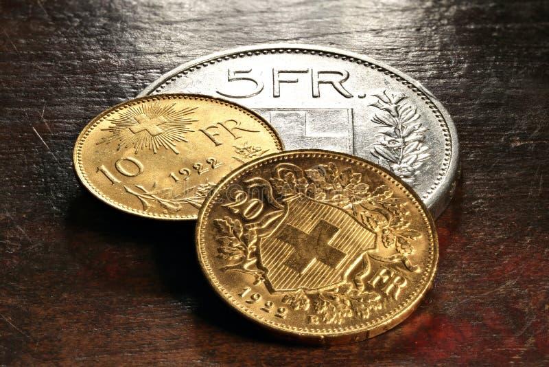 Szwajcar srebne i złociste monety obrazy stock