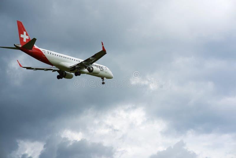 Szwajcara Helvetic Airways lądowanie przy Zurich lotniskiem zdjęcia stock