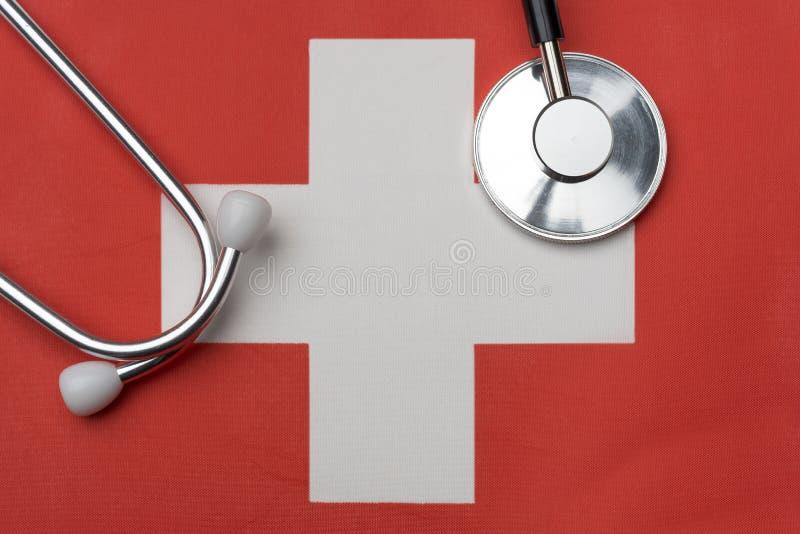 Szwajcara stetoskop i flaga Pojęcie medycyna zdjęcia royalty free