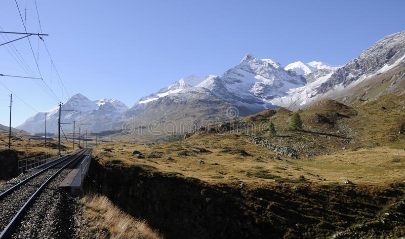 Szwajcarscy alps: Bernina kolejowi ślada od 110 rok łączy Engadin i Tirano w Włochy obrazy stock