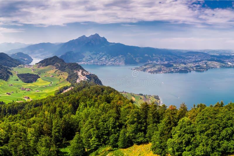 Szwajcarscy Alps blisko Burgenstock z widokiem Vierwaldstattersee i Pilatus g fotografia stock