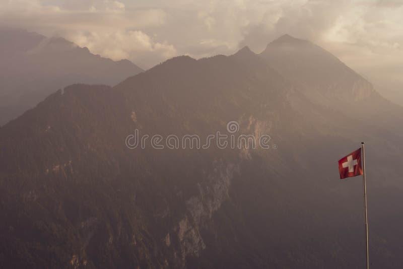 Szwajcarscy Alps chorągwiani i halny tło zdjęcie royalty free