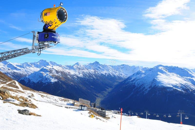 Szwajcarscy alps: Globalny zmiana klimatu powoduje kłopoty i ekonomiczne straty dla zima sporta regionów zdjęcie stock