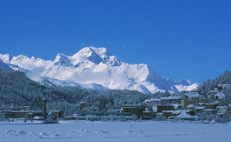 Szwajcarscy alps: Widok od zamarzniętego jeziora St Moritz Piz Maloja w Górnym Engadin obraz royalty free