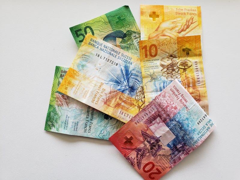 szwajcarscy banknoty różni wyznania i biały tło obraz stock