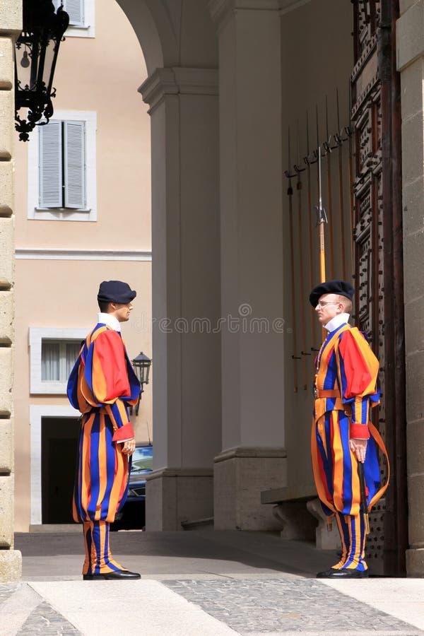 Szwajcarscy strażnicy zbliżają lato siedzibę Pope, Włochy zdjęcia stock