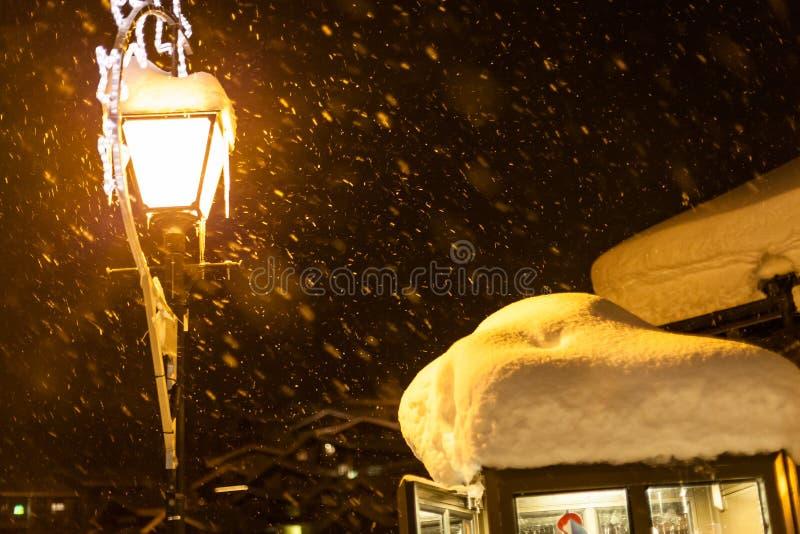 Szwajcarscy zimni zim streetlights śnieżni zdjęcie stock