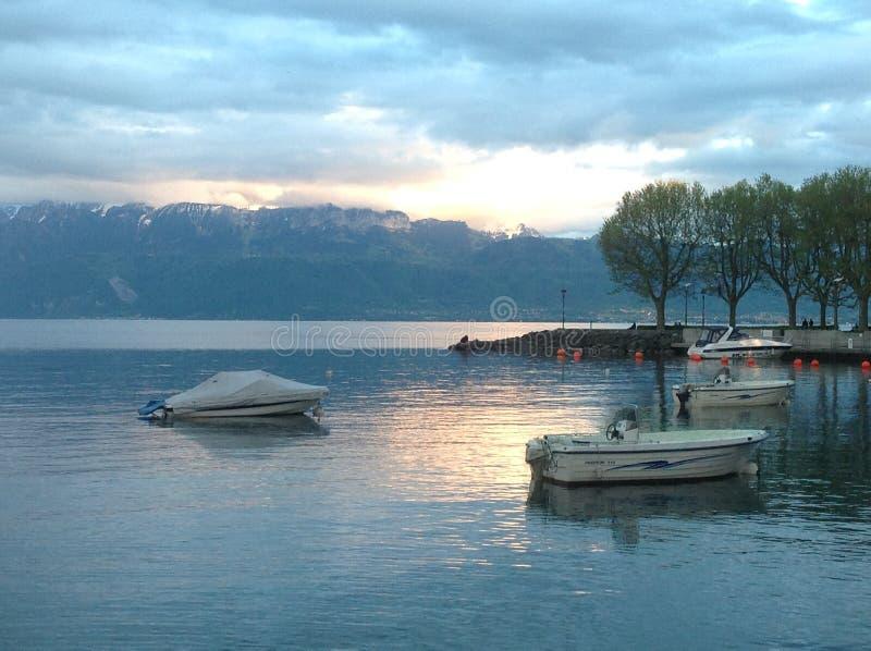 Szwajcarski Jeziorny zmierzch nad górami zdjęcie stock