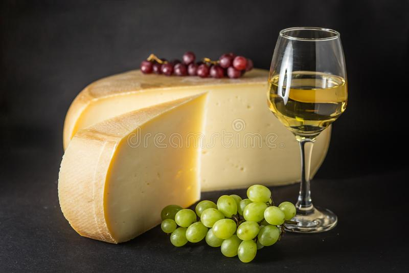 Szwajcarski ser z winogronem i Białym winem zdjęcie stock