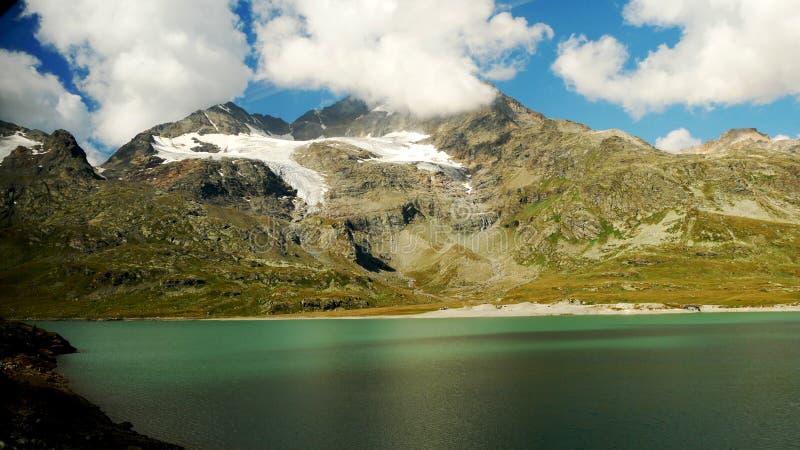 Szwajcarski wysokogórski jezioro, nieprawdopodobny światło i kolory fotografia stock