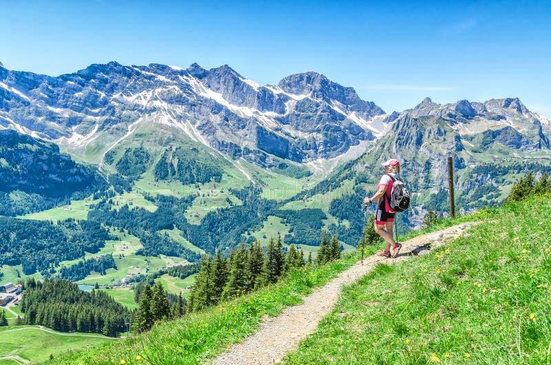 szwajcarskie alpy Mężczyzna z chodzącymi kijami na footpaths w Alps zdjęcia royalty free
