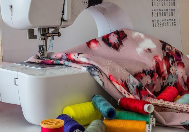 Szwalna maszyna, tkaniny bawełna i kolorowe nici dla szyć, szy? wyposa?enia z bliska obrazy royalty free