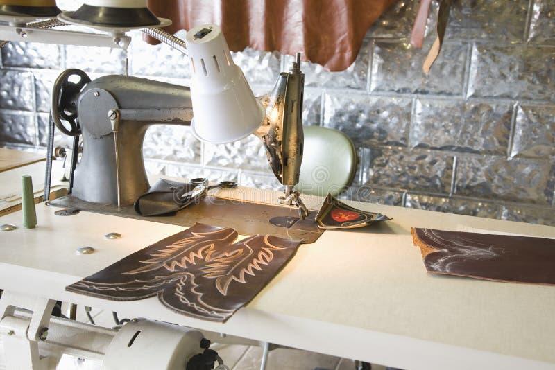 Szwalna maszyna W szewc warsztacie obrazy royalty free