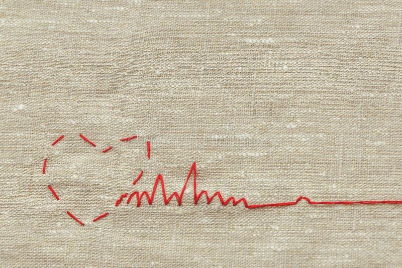 Szwalna nić dla dziać i, czerwony sznurek w postaci medycznego serca na instrumentach obraz royalty free