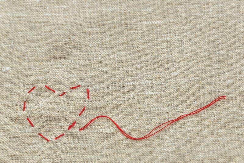Szwalna nić dla dziać i, czerwony sznurek w postaci medycznego serca na instrumentach zdjęcia royalty free