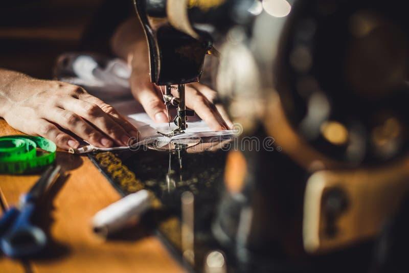 Szwalnej maszyny i kobiety ` s ręki obraz stock