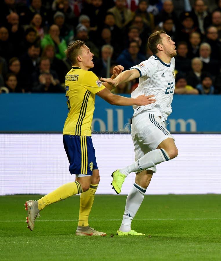 Szwecja drużyna narodowa. gracz Ludwig Augustinsson i Rosja drużyna narodowa. strajkowicz Artem Dzyuba obraz stock