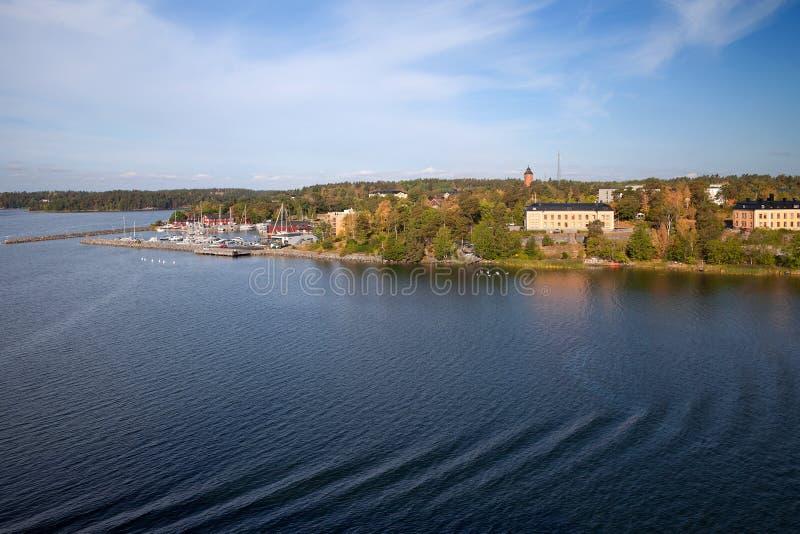 Szwecja morze bałtyckie, wyspy i typowa linia brzegowa -, widok od promu zdjęcia royalty free