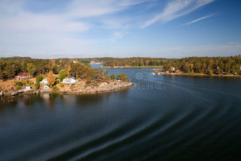 Szwecja morze bałtyckie, wyspy i typowa linia brzegowa -, widok od promu zdjęcie royalty free