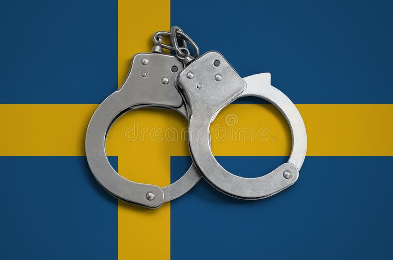 Szwecja polici i flaga kajdanki Pojęcie święcenie prawo w kraju i ochrona od przestępstwa fotografia royalty free