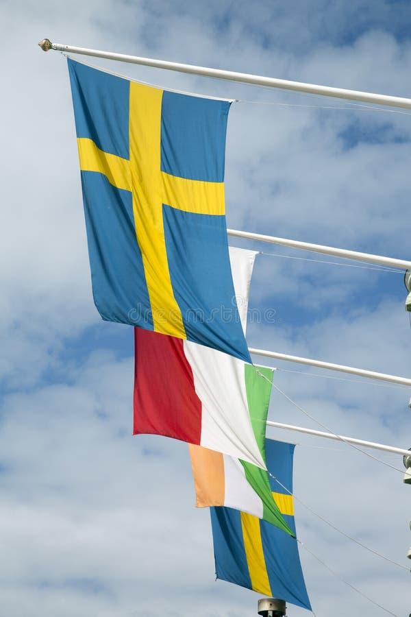 Szwedzi flaga na niebieskim niebie zdjęcie royalty free