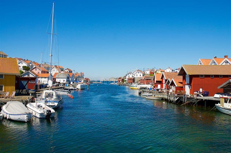 Szwedzi kształtują teren na zachodnim wybrzeżu z mnóstwo boathouses, obrazy royalty free