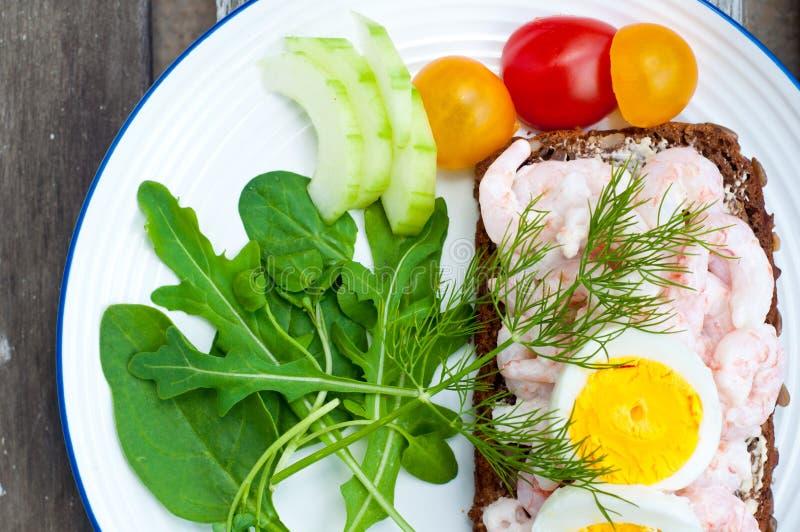 Szwedzi projektują żyto chleba otwartą kanapkę obraz stock
