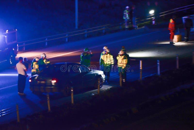 Szwedzi utrzymują porządek powstrzymywanie samochód przy nocą zdjęcia royalty free