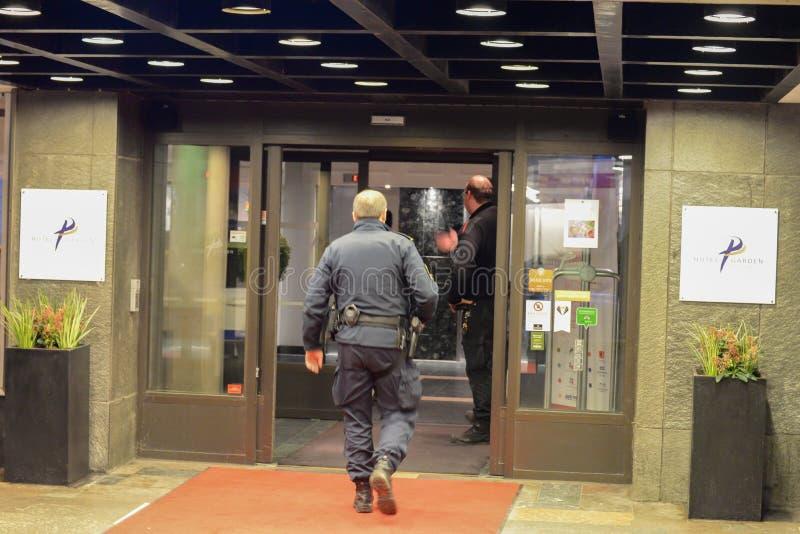 Szwedzi utrzymują porządek przy budynkiem obraz stock