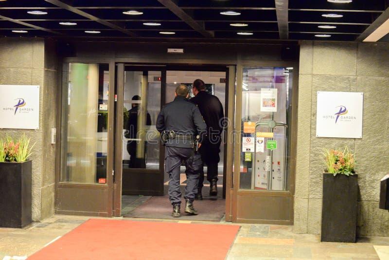 Szwedzi utrzymują porządek wchodzić do budynek obrazy stock