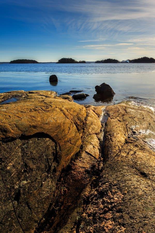 Szwedzki archipelagu krajobraz z skałami, oceanem i wysepkami, obrazy stock