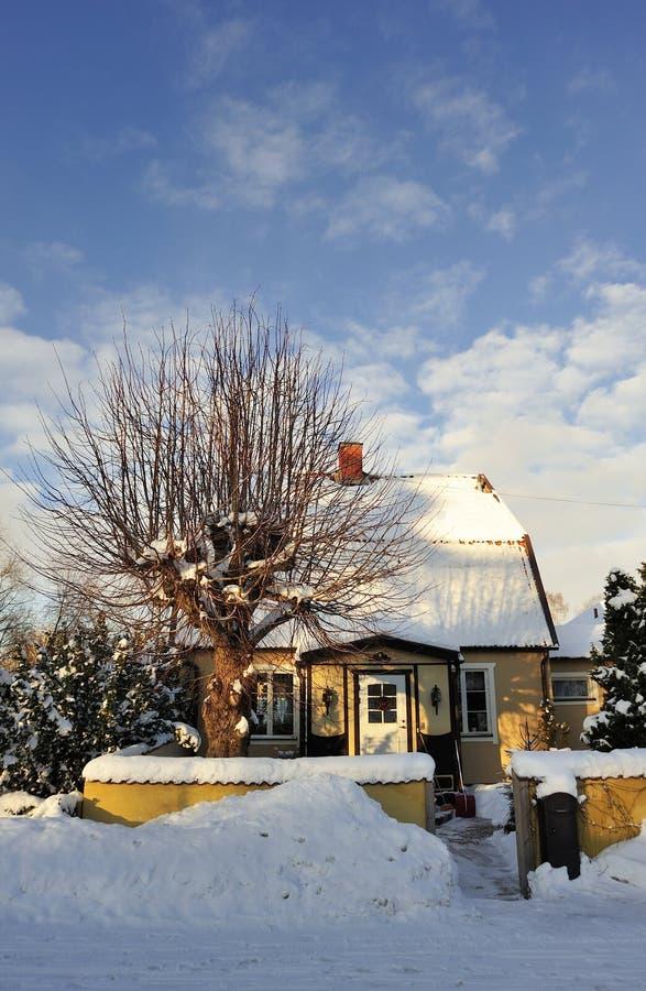 Download Szwedzki Budynki Mieszkalne Obraz Stock - Obraz złożonej z śnieg, mieszkaniowy: 28960799