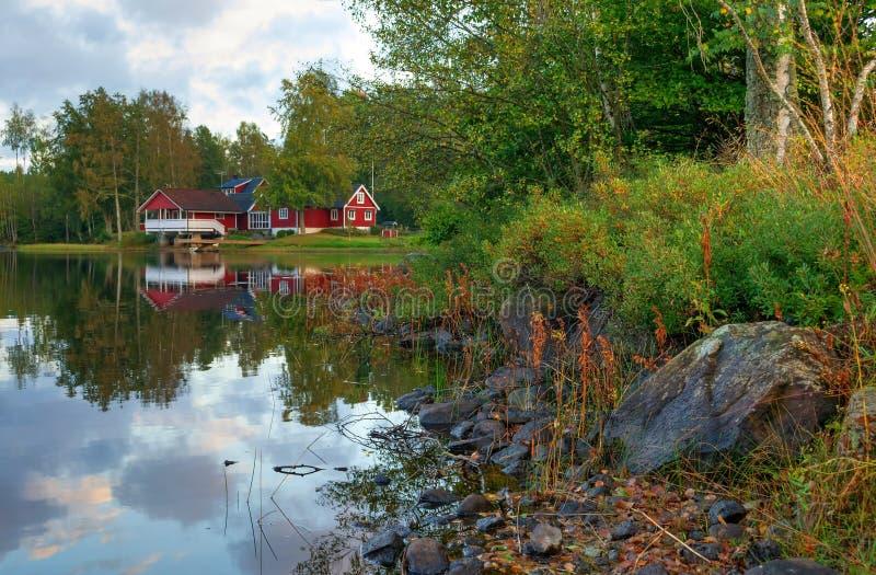 Szwedzki jeziora wybrzeże w Wrześniu fotografia stock