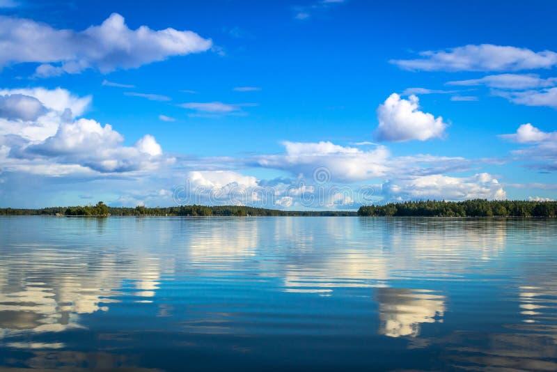 Szwedzki jezioro krajobraz z odbiciem zdjęcia stock